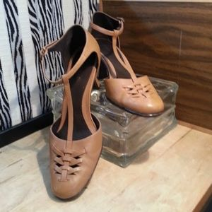 AEROSOLES Tstrap tan woven leather dress pump EUC